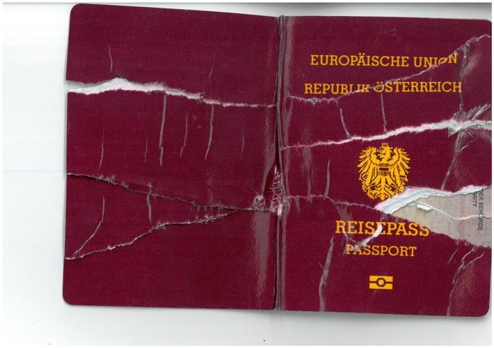 Ein 16-jähriger Somalier zerriss seinen gefälschten österreichischen Reisepass und versteckte die Einzelteile im Reisebus vor den Kontrollbeamten der Rosenheimer Bundespolizei. (Foto: Bundespolizei)