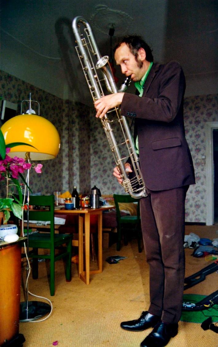 """SWR Baden-Baden/Kaiserslautern, 08.04.2011: Der 44-jährige Bassklarinettist Rudi Mahall erhält den je zur Hälfte vom Land Rheinland-Pfalz und vom Südwestrundfunk gestifteten Jazzpreis 2011. Der Preis wird am 14.09.2011 im SWR-Studio in Kaiserslautern überreicht. Anschließend spielt der aus Nürnberg stammende Mahall ein Konzert im Duo mit der Pianistin Aki Takase sowie im Quartett """"Die Enttäuschung"""" mit dem Trompeter Axel Dörner, dem Kontrabassisten Jan Roder und dem Schlagzeuger Uli Jennessen. SWR2 sendet eine Aufzeichnung des Konzerts am 27.09.11 um 21:03 Uhr. Preisträger Rudi Mahall. © SWR/privat, honorarfrei - Verwendung gemäß der AGB im Rahmen einer engen, unternehmensbezogenen Berichterstattung im SWR-Zusammenhang bei Nennung: """"Bild: SWR/privat"""" (S2). SWR-Pressestelle/Fotoredaktion, Tel. 07221/929-2287,-3852, Fax-2059, foto@swr.de."""