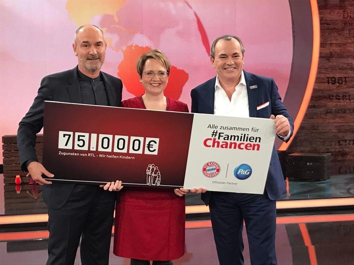 """#FamilienChancen, eine Aktion von P&G, unterstützt vom FC Bayern München. P&G hat heute im Rahmen des RTL Spendenmarathons einen Scheck in Höhe von 75.000 Euro an die """"Stiftung RTL - Wir helfen Kindern e.V."""" für die RTL-Kinderhäuser übergeben. V.l.n.r.: Raimond Aumann (Direktor Fanbetreuung FC Bayern München), Gabi Hässig (Geschäftsführerin Kommunikation und Nachhaltigkeit P&G DACH), Wolfram Kons (RTL - Wir helfen Kindern). Weiterer Text über ots und www.presseportal.de/nr/13483 / Die Verwendung dieses Bildes ist für redaktionelle Zwecke honorarfrei. Veröffentlichung bitte unter Quellenangabe: """"obs/Procter & Gamble Germany GmbH & Co Operations oHG/MG RTL D/Willi Weber"""""""
