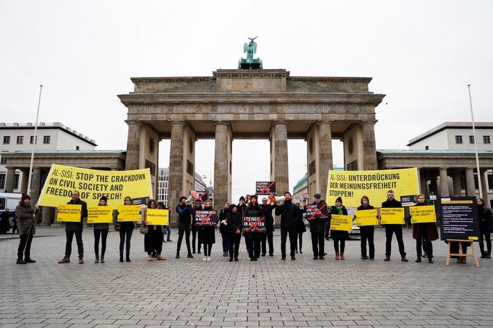 Zwei Dutzend Amnesty-Aktivisten haben am Montagmorgen am Brandenburger Tor gegen die katastrophale Menschenrechtssituation in gypten protestiert - nur wenige Meter vom Hotel Adlon entfernt, wo der gyptische Prsident Abdel Fattah Al-Sisi whrend seines Deutschlandbesuchs bernachtet. Al-Sisi trifft am morgigen Dienstag (30.10.) Bundeskanzlerin Angela Merkel, um ber die weitere Zusammenarbeit zwischen gypten und Deutschland zu sprechen. Amnesty appelliert an die Bundesregierung, die systematischen Menschenrechtsverletzungen durch die gyptischen Behrden deutlich anzusprechen und ein Ende der massiven Unterdrckung der gyptischen Zivilgesellschaft einzufordern. Weiterer Text ber ots und www.presseportal.de/nr/7122 / Die Verwendung dieses Bildes ist fr redaktionelle Zwecke honorarfrei. Verffentlichung bitte unter Quellenangabe: