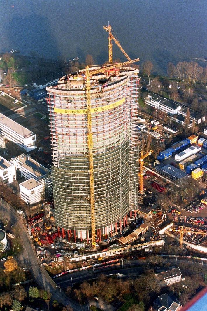 Die Deutsche Post World Net baut in Bonn ihre neue Konzernzentrale. Der Rohbau des sogenannten Post Towers ist pünktlich vor Weihnachten fertig geworden. Mit einer endgültigen Höhe von 162,5 m wird der Post Tower das höchste Bürohaus Nordrhein-Westfalens sein und auch den Kölner Dom überragen.