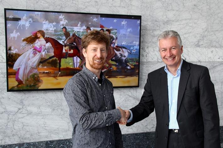 """Übergabe von """"Ghostriders in the Sky"""" zwischen Johannes Karl (links) und Jürgen Wörner, Vorstandsmitglied der Mannheimer ..."""