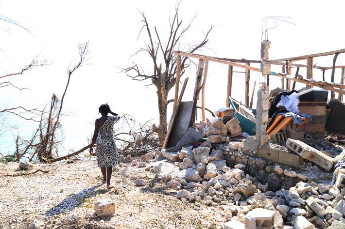 """Diese Frau lebte hier in Roche Bateau in der Region Les Cayes mit ihrem Mann ihren sechs Kindern. Das Haus wurde durch den Wirbelsturm komplett zerstört. Weiterer Text über ots und www.presseportal.ch/de/nr/100000088 / Die Verwendung dieses Bildes ist für redaktionelle Zwecke honorarfrei. Veröffentlichung bitte unter Quellenangabe: """"obs/Caritas Schweiz/CRS-Marie Arago"""""""