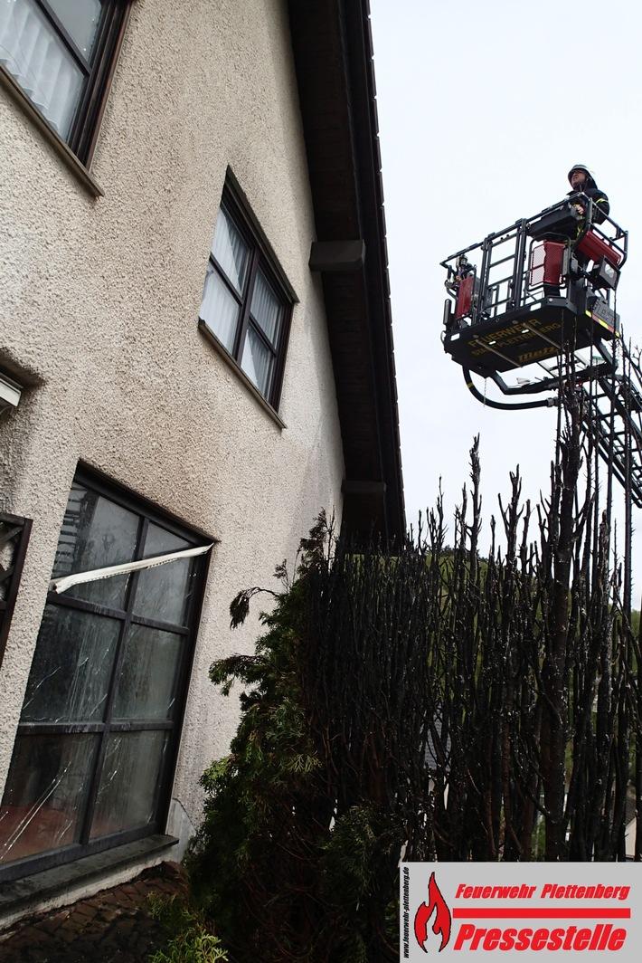 Die Feuerwehr kontrollierte vorsorglich die Hausfassade und den Dachstuhl