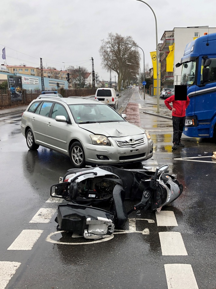 Rollerfahrer bei Frontalzusammenstoß schwer verletzt