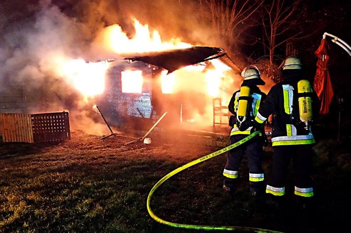 FW-E: Brennt kleines Gartenhaus in voller Ausdehnung
