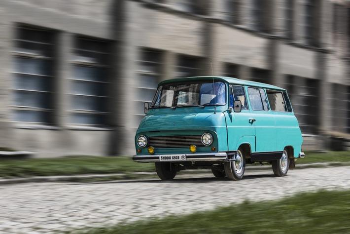 """50 Jahre SKODA 1203: zuverlässiger Allround-Transporter mit Kultstatus. Der SKODA 1203 was das mit Abstand meistverbreitete leichte Nutzfahrzeug des 20. Jahrhunderts in der Tschechoslowakei. Allein in Vrchlabí wurden in den Jahren 1968 bis 1981 insgesamt 69.727 Exemplare gebaut. Die selbsttragende Frontlenker-Karosserie gab es auch in der Ausführung Mikrobus. Weiterer Text über ots und www.presseportal.de/nr/28249 / Die Verwendung dieses Bildes ist für redaktionelle Zwecke honorarfrei. Veröffentlichung bitte unter Quellenangabe: """"obs/Skoda Auto Deutschland GmbH"""""""