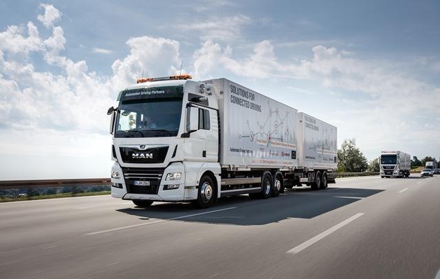 Weltweit erster Praxiseinsatz vernetzter Lkw-Kolonnen auf der A9