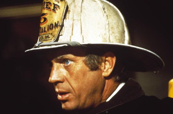 Sieht nicht aus wie Stallone, spricht aber so - zumindest in der Neusynchro des Films, die Tele 5 zeigt: Steve McQueen. Als Feuerwehrmann versucht er einen Großbrand in einem 137 Stockwerke hohen Wolkenkratzer einzudämmen.  01.02.2007, 20.15 Uhr, 'Flammendes Inferno'. Nutzung honorarfrei bei redaktioneller Nennung von Tele 5 bis zwei Tage nach Ausstrahlung - gilt auch bei Wh.