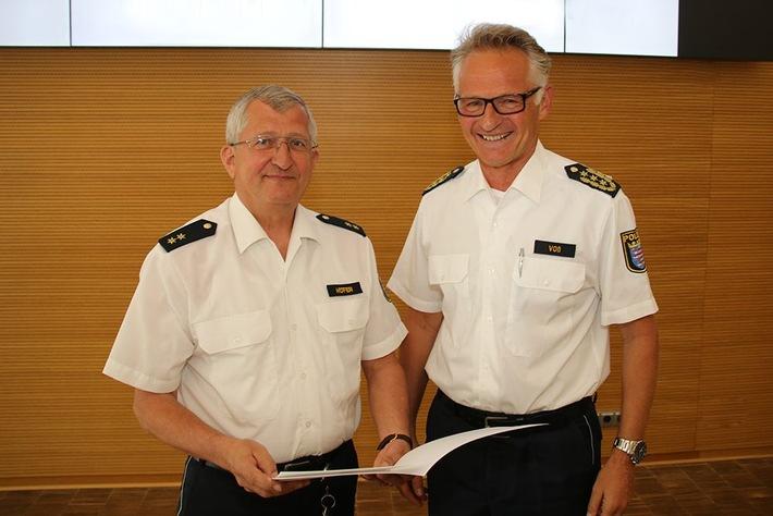 Polizeioberrat Harald Höfer (links) erhält von Polizeipräsident Günther Voß die Urkunde zum Eintritt in den Ruhestand