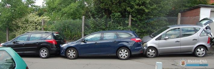 Der Mercedes krachte auf den Ford Mondeo und schob diesen auf den davor geparkten Peugeot.
