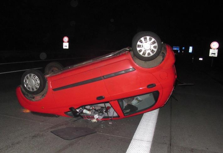 Chevrolet bleibt nach Unfall aufv der Hansalinie auf dem Dach liegen.