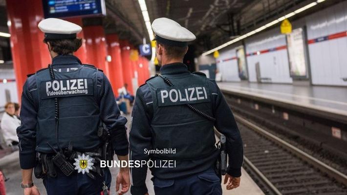 Bundespolizeidirektion München: Alkoholisierter 43-Jähriger tritt am Bahnsteig nach 33-Jähriger
