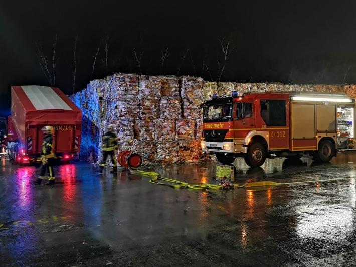 Mit massiven Wasser- und Schaumeinsatz konnte eine Brandausbreitung verhindert werden.