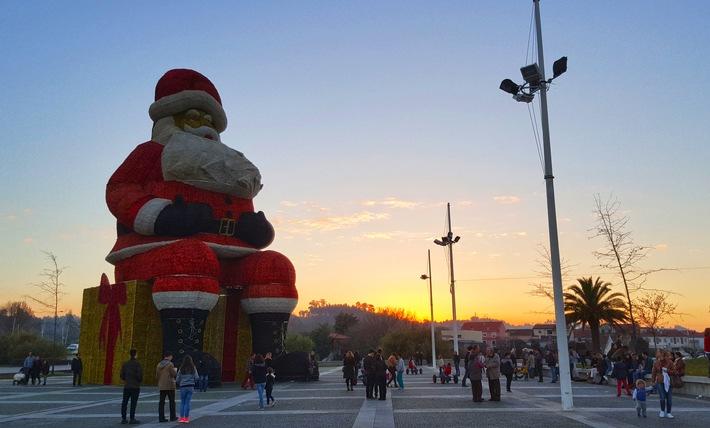 """Der größte Weihnachtsmann wurde von der portugiesischen Gemeinde Agueda aufgestellt - er war 21,08 Meter hoch (12. Dez. 2016) Weiterer Text über ots und www.presseportal.de/nr/33603 / Die Verwendung dieses Bildes ist für redaktionelle Zwecke honorarfrei. Veröffentlichung bitte unter Quellenangabe: """"obs/Ravensburger Buchverlag GmbH/Guinness World Records"""""""