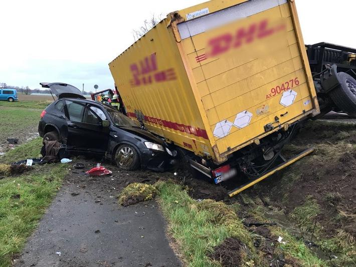 Lüchow/Lübbow - schwerer Verkehrsunfall auf der Bundesstraße 248 - Lkw mit Anhänger kommt in Gegenverkehr - Frontalzusammenstoß mit Pkw - zwei Schwerverletzte