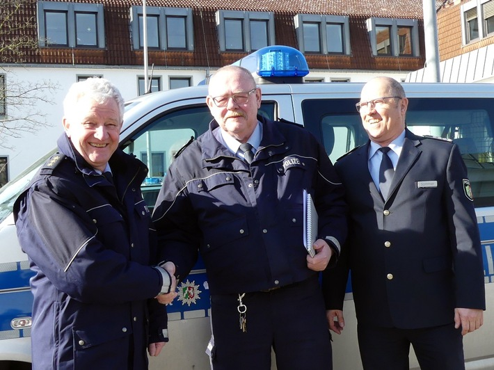 Abteilungsleiter Jochen Brauneck und Wachleiter Uwe Sommer verabschiedeten Polizeihauptkommissar Joachim Bader in den Ruhestand.
