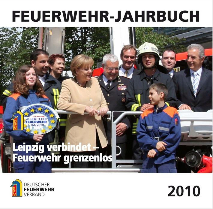 """""""Leipzig verbindet - Feuerwehr grenzenlos"""" - so das Titelbild des Feuerwehr-Jahrbuchs 2010 mit Bundeskanzlerin Dr. Angela Merkel. (Foto: Deutscher Feuerwehrverband)"""