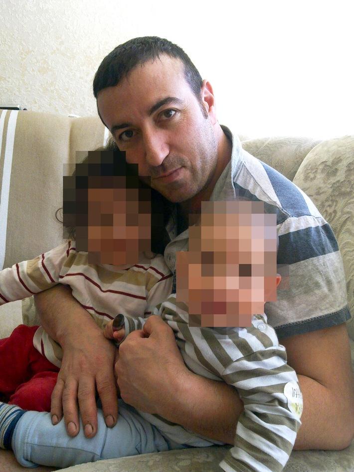 Foto (Kinderaussehen verpixelt) zeigt den Familienvater Resat Özdemir aus Velbert kurz vor seinem Verschwinden