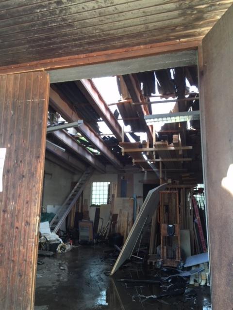 beschädigtes Dach der Lagerhalle