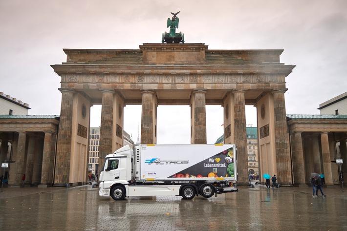 """Ein Jahr lang wird EDEKA einen vollelektrischen eActros-Lkw im Berliner Stadtgebiet erproben. Vollelektrische Versorgung von Supermärkten in Berlin. Weiterer Text über ots und www.presseportal.de/nr/51907 / Die Verwendung dieses Bildes ist für redaktionelle Zwecke honorarfrei. Veröffentlichung bitte unter Quellenangabe: """"obs/EDEKA ZENTRALE AG & Co. KG/Daimler / EDEKA"""""""