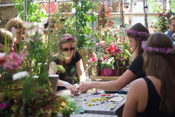 """Mitmachen ist angesagt: In der Blumenhalle können die Grüne Woche-Besucher in einer Workshop-Arena ihre Kreativität unter Beweis stellen und zum Beispiel Blumenhaarkränze selbst binden. Weiterer Text über ots und www.presseportal.de/nr/6600 / Die Verwendung dieses Bildes ist für redaktionelle Zwecke honorarfrei. Veröffentlichung bitte unter Quellenangabe: """"obs/Messe Berlin GmbH/Landgard"""""""