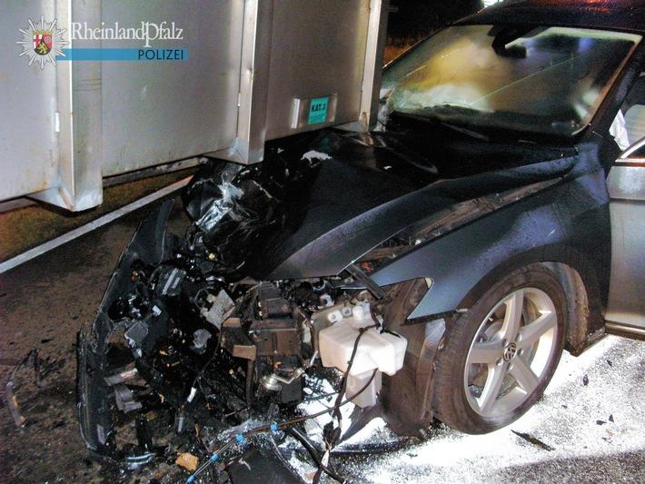 Der Container rutschte teilweise vom Auflieger herunter und landete auf der Motorhaube des VW Passat.