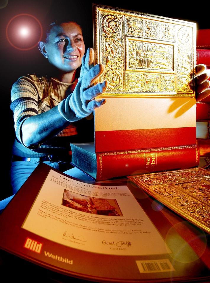 """Deutsche Buchbindekunst: Die Goldbibel mit auwendigem Messingeinband von BILD und Weltbild. Ab 6. Dezember ist sie überall erhältlich. Beim Verlag ist sie bereits vergriffen. Die Verwendung dieses Bildes ist für redaktionelle Zwecke honorarfrei. Abdruck bitte unter Quellenangabe: """"obs/BILD"""""""