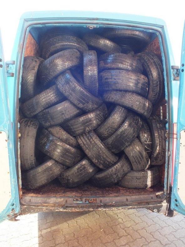 Tarnladung aus Altreifen: Dahinter 16 neue LKW Reifen versteckt.  Foto Bundespolizei