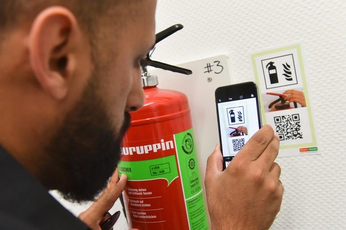 Aufkleber mit QR-Code können leicht von der Feuerwehr oder den Betreibern von Unterkünften für geflüchtete Menschen platziert werden. Mit dem Scannen eines QR-Codes startet direkt der betreffende Erklärfilm.