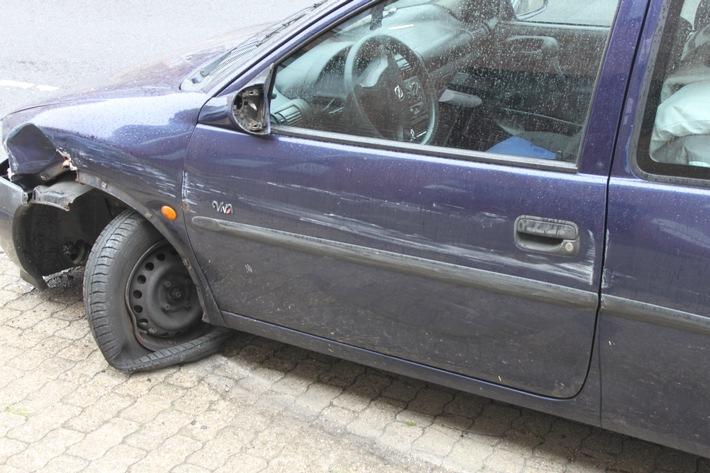 Insassen flüchten aus beschädigtem Auto