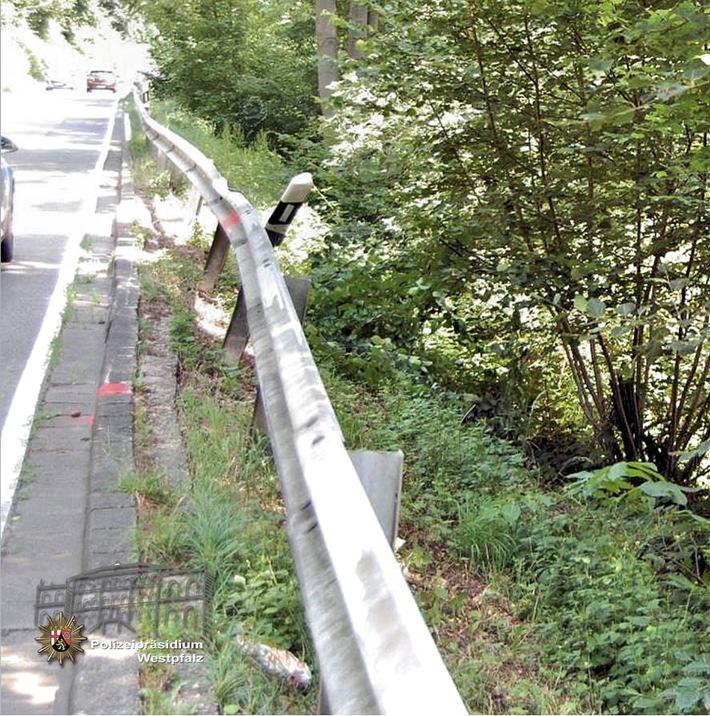 Der Verursacher ist offenbar über die Fahrbahnbegrenzung hinausgekommen und hat die Schutzplanke auf einer Länge von 32 Metern gestreift und beschädigt.