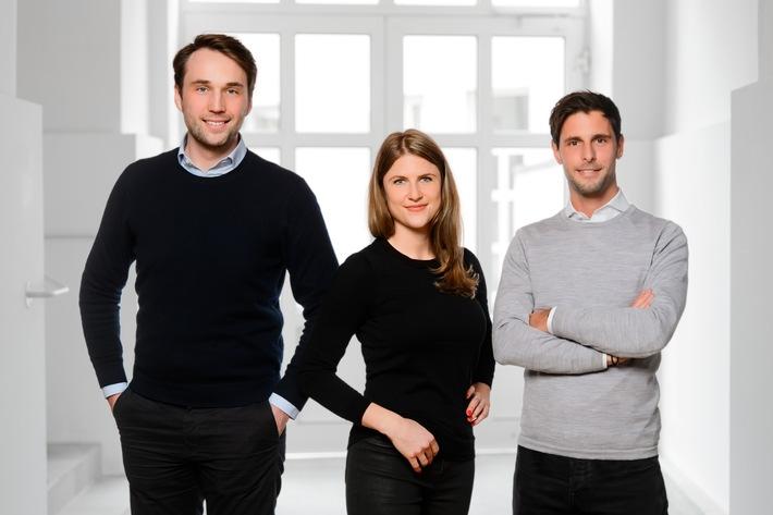 """Heimkapital, die Immobilienplattform mit innovativen Finanzprodukten aus München, hat ihre Seed-Runde erfolgreich abgeschlossen und einen hohen sechsstelligen Betrag eingesammelt. Die Finanzierungsrunde wurde von einem ausgewählten Netzwerk mit Business Angels aus der Immobilien- und Finanzbranche getragen. Das erste Produkt von Heimkapital ist der Immobilien-Teilverkauf für die Generation 60+. Auf dem Bild ist das Gründer- und Management-Team von Heimkapital zu sehen (v.l.n.r.): Dimitrij Miller, Julia Schabert und Benedikt Wenninger. (c) Heimkapital GmbH / Weiterer Text über ots und www.presseportal.de/nr/143985 / Die Verwendung dieses Bildes ist für redaktionelle Zwecke honorarfrei. Veröffentlichung bitte unter Quellenangabe: """"obs/Heimkapital GmbH/BLENDE11 FOTOGRAFEN"""""""