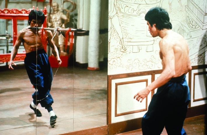 Kampftiger Lee (Bruce Lee) bereitet sich auf das Turnier vor.