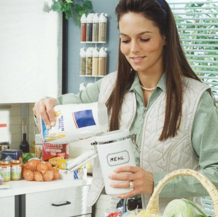 """Die Backpower von rund 40.000 Weizenkörnern steckt in einer Tüte Mehl: Es lässt sich im Haushalt gut lagern, ist aber trotzdem ein sensibles Lebensmittel. Deshalb ist es sinnvoll, bei der Aufbewahrung einige Faustregeln zu beachten. Die Verwendung dieses Bildes ist für redaktionelle Zwecke honorarfrei. Abdruck bitte unter Quellenangabe: """"obs/GMF"""" Quelle: Getreide-, Markt- und Ernährungsforschung"""