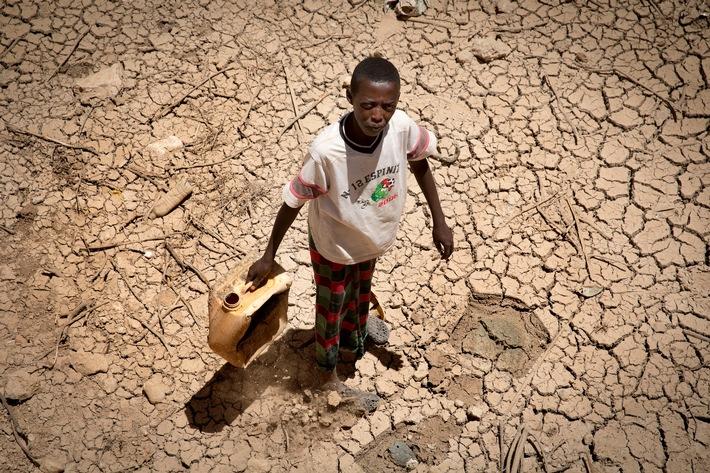 """Les nomades du Somaliland ont perdu plus de la moitié de leur cheptel en raison de la sécheresse persistante. Les sols sont desséchés et les distances jusqu'aux points d'eau de plus en plus longues. Texte complémentaire par ots et sur www.presseportal.ch/fr/nr/100002289 / L'utilisation de cette image est pour des buts redactionnels gratuite. Publication sous indication de source: """"obs/Schweizerisches Rotes Kreuz / Croix-Rouge Suisse/Arie Kievit"""""""