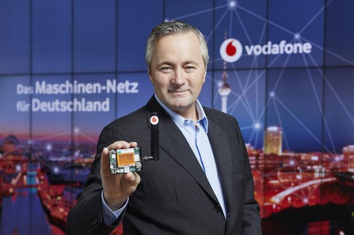 Vodafone Deutschland CEO Hannes Ametsreiter mit einem Multi-Sensor, der das neue Maschinennetz über Deutschland legt
