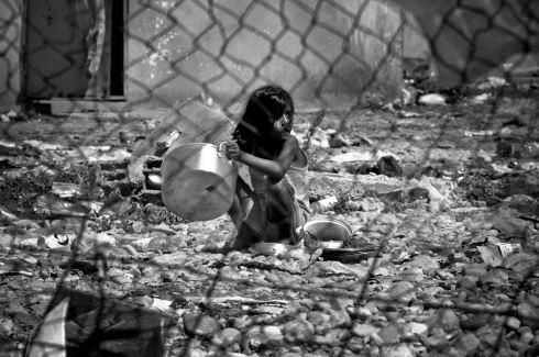 Ein Roma-Mädchen bei der Hausarbeit. Nur knapp 60 Prozent der Roma-Kinder gehen zur Schule.