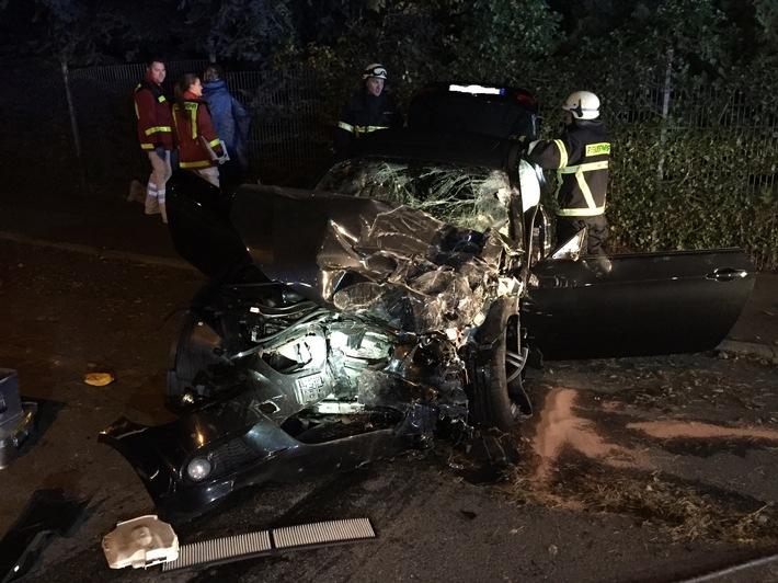 FW-EN: Verkehrsunfall mit gemeldeter eingeklemmter Person (Bildmaterial vorhanden)