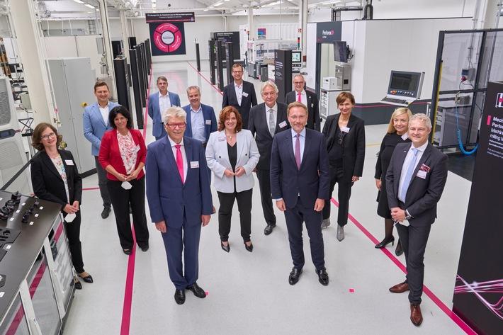 Gruppenbild C. Lindner und FDP-MdB bei Rittal, Haiger.jpg