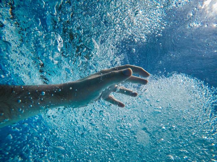 """Leben mit angezogener Handbremse - Menschen mit nicht-dystropher Myotonie / Leben mit angezogener Handbremse - Menschen mit nicht-dystropher Myotonie / Ein Junge steht am Beckenrand, springt ins kalte Wasser und geht unter - und das, obwohl er schwimmen kann. Warum ihm seine Arme und Beine in bestimmten Situationen den Dienst versagen, wird er erst als Teenager erfahren: Als einer von rund 600 Menschen in Deutschland leidet er an nicht-dystropher Myotonie, oder kurz NDM. Weiterer Text über ots und www.presseportal.de/nr/136788 / Die Verwendung dieses Bildes ist für redaktionelle Zwecke honorarfrei. Veröffentlichung bitte unter Quellenangabe: """"obs/Hormosan Pharma GmbH"""""""