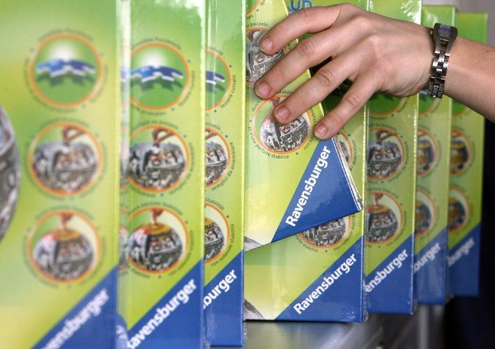 """Griff zum blauen Dreieck: Die Ravensburger Gruppe verbesserte fünf Jahre in Folge ihr Geschäft. Produktmarken wie memory®, Malen nach Zahlen® oder die puzzleball®-Reihe verkauften sich in 2005 besonders gut. Foto: Ravensburger, Abdruck honorarfrei. Die Verwendung dieses Bildes ist für redaktionelle Zwecke honorarfrei. Abdruck bitte unter Quellenangabe: """"obs/Ravensburger"""""""
