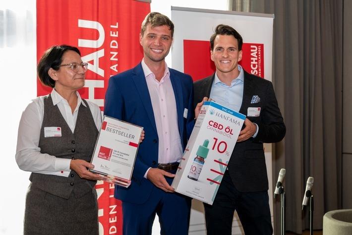 Maria Akhavan (Rundschau) überreicht den Preis zum Bestseller des Jahres 2021 an Geschäftsführer Florian Lorenz und Christopher Martens (beide Hanfama)
