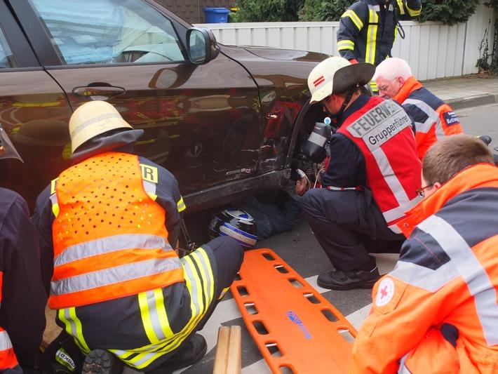 POL-DN: Motorradfahrer unter Pkw eingeklemmt