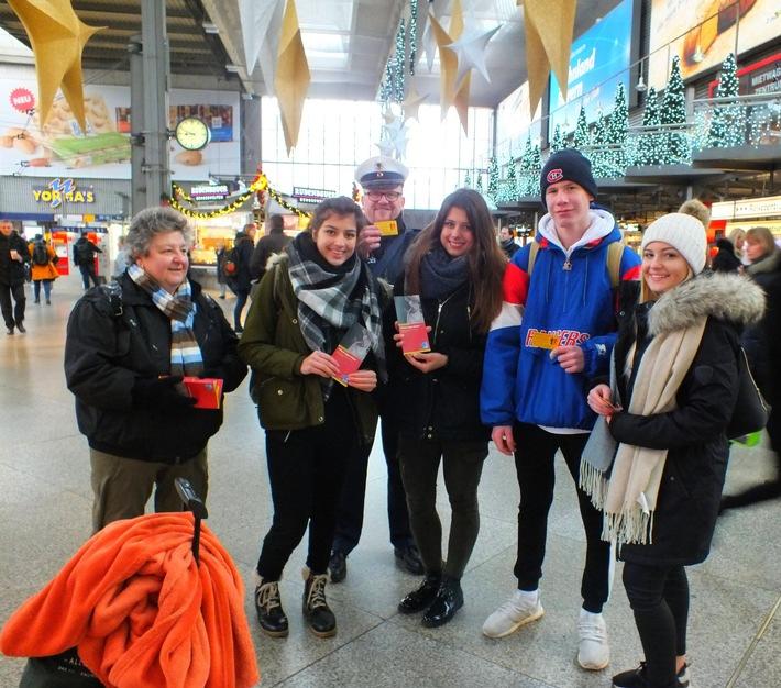 Hartmut Brach mit einer Gruppe Reisender im Hauptbahnhof München