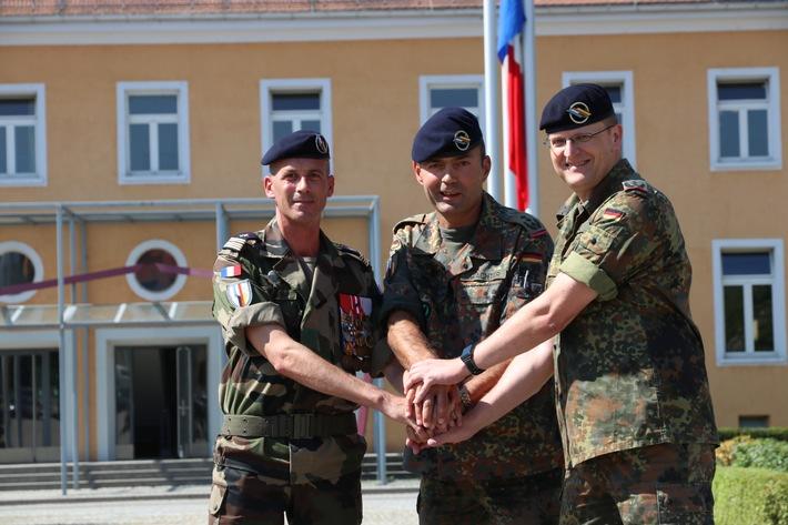 Colonel Nicolas Guisse (l.) besiegelt gemeinsam mit Oberst Frank Wachter (M.) und Oberstleutnant Ingo Korzetz (r.) die ...