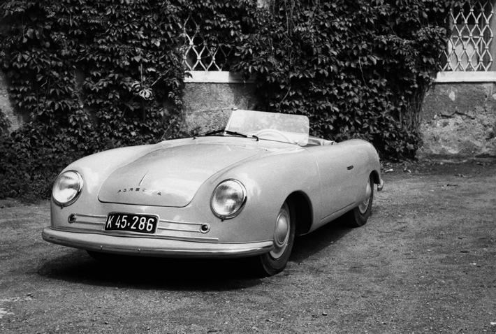 """1948: Der Porsche 356-001 Roadster, den Ferry Porsche als ersten 356-Typ zwischen 1947 und 148 gebaut hatte. Weiterer Text über ots und www.presseportal.ch/de/nr/100050872 / Die Verwendung dieses Bildes ist für redaktionelle Zwecke honorarfrei. Veröffentlichung bitte unter Quellenangabe: """"obs/Porsche Schweiz AG"""""""