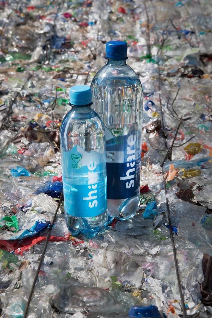 """Innovation im Getränke- und Lebensmitteleinzelhandel: Die neuen Mineralwasserflaschen von """"share"""" aus 100 Prozent Recyclat. Weiterer Text über ots und www.presseportal.de/nr/108458 / Die Verwendung dieses Bildes ist für redaktionelle Zwecke honorarfrei. Veröffentlichung bitte unter Quellenangabe: """"obs/REWE Markt GmbH/share"""""""