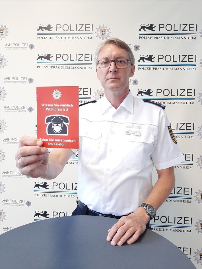 Polizist hebt rote Karte