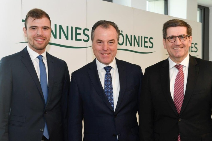 Von Links: Maximilian Tönnies (Gesellschafter Tönnies Holding), Clemens Tönnies (Geschäftsführender Gesellschafter ...